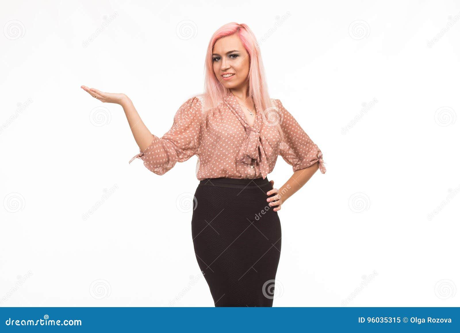 Młoda szczęśliwa kobieta pokazuje rękami