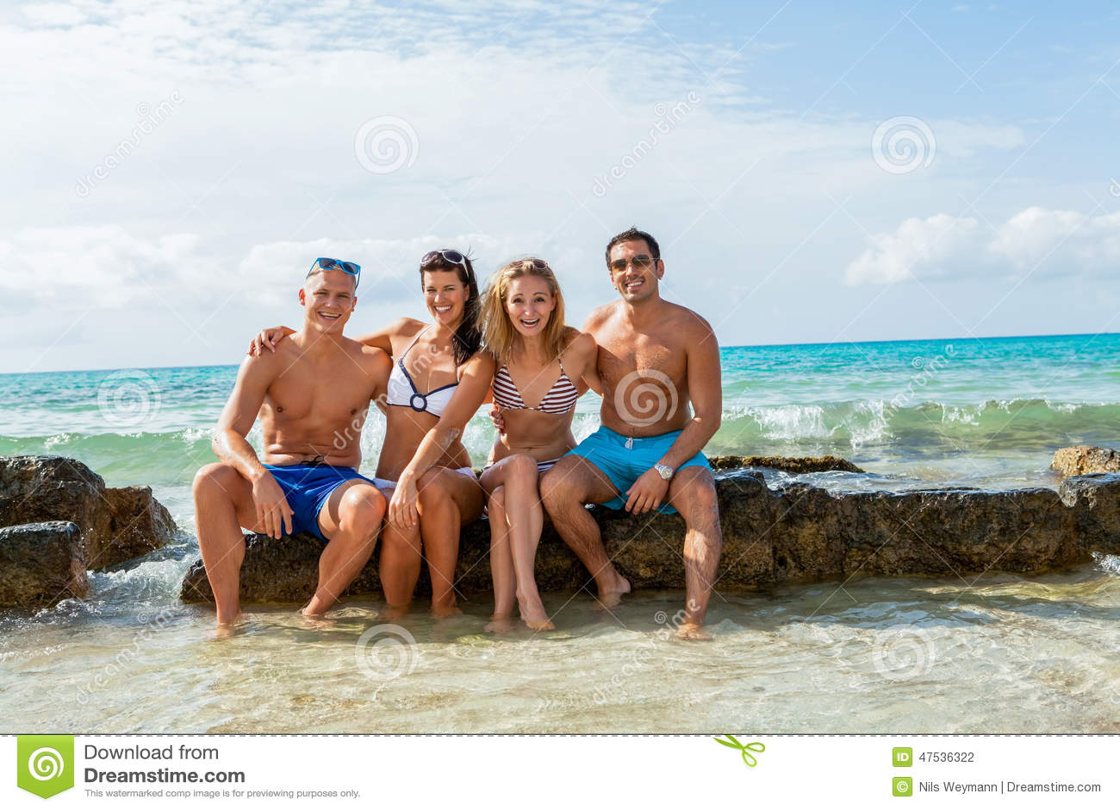 Młoda szczęśliwa przyjaciela havin zabawa na plaży