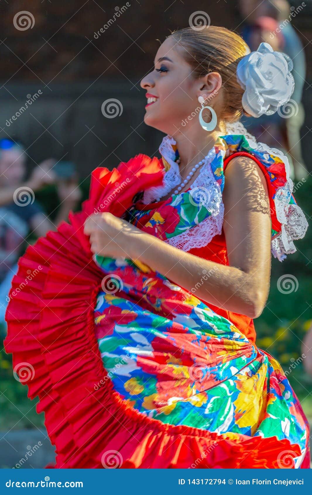 Młoda tancerz dziewczyna od Puerto Rico w tradycyjnym kostiumu