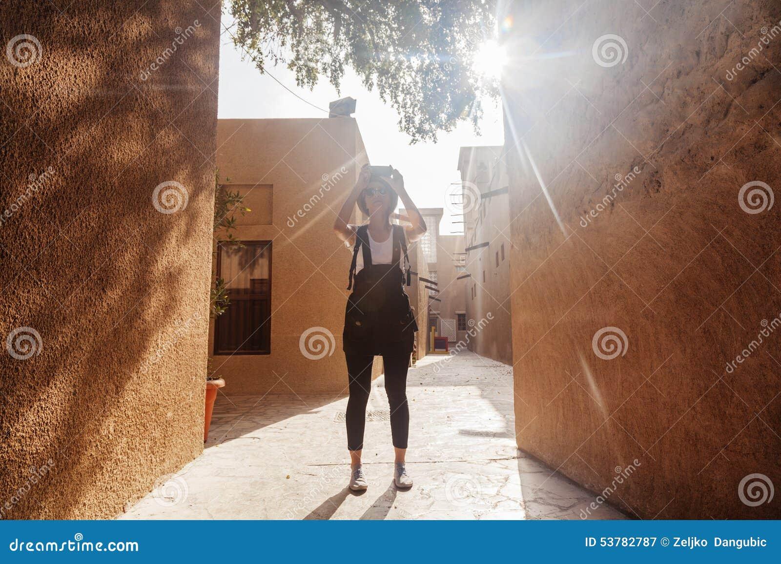 Młoda Turystyczna kobieta Bierze fotografie lwy W Deira