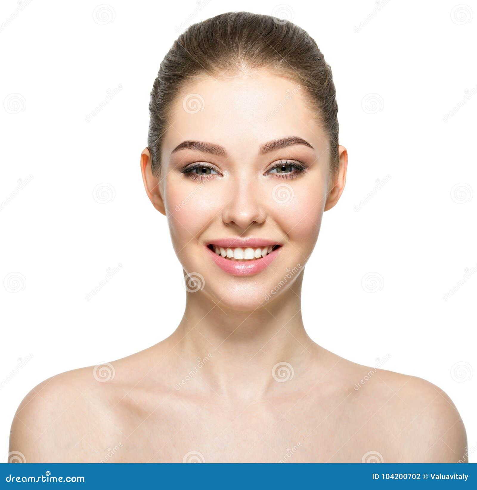 Młoda uśmiechnięta kobieta z piękną twarzą