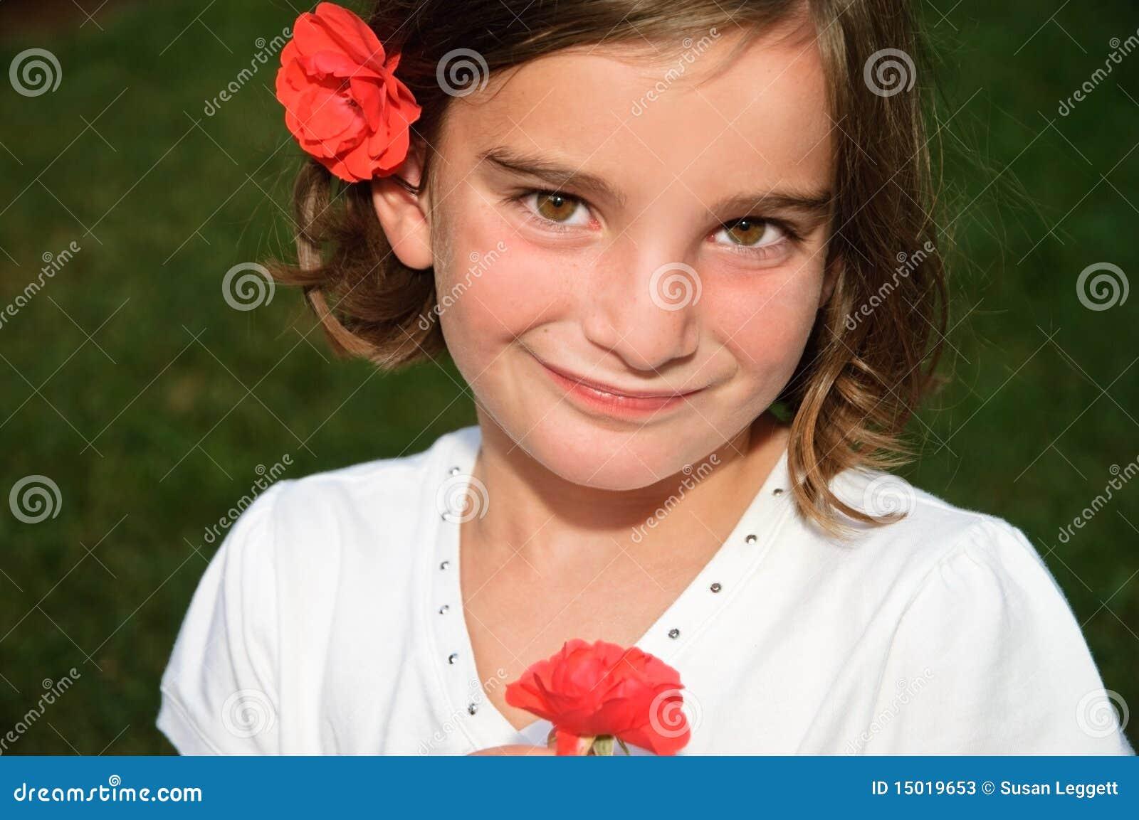 Młode ładne dziewczyn róże