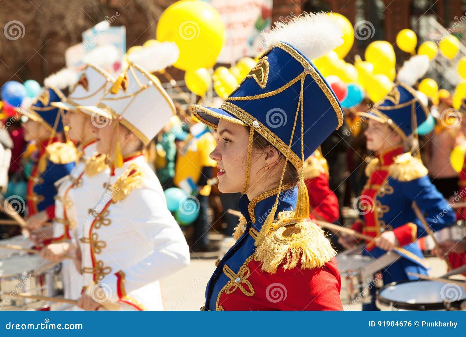 Młode ładne dziewczyny bawić się bębeny i wmarsz przy festiwalem muzyki