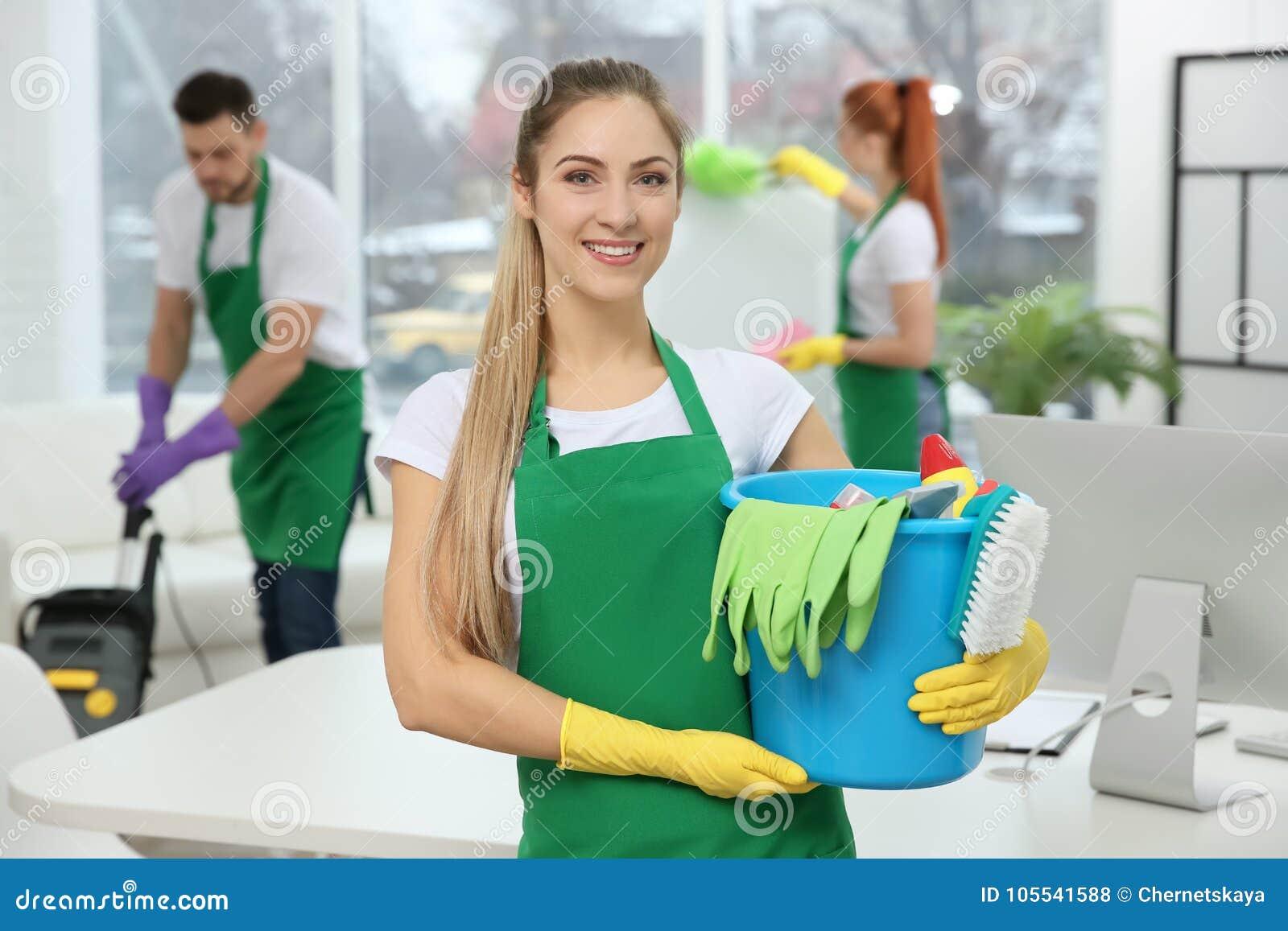 Młode żeńskiego pracownika mienia cleaning dostawy przy biurem
