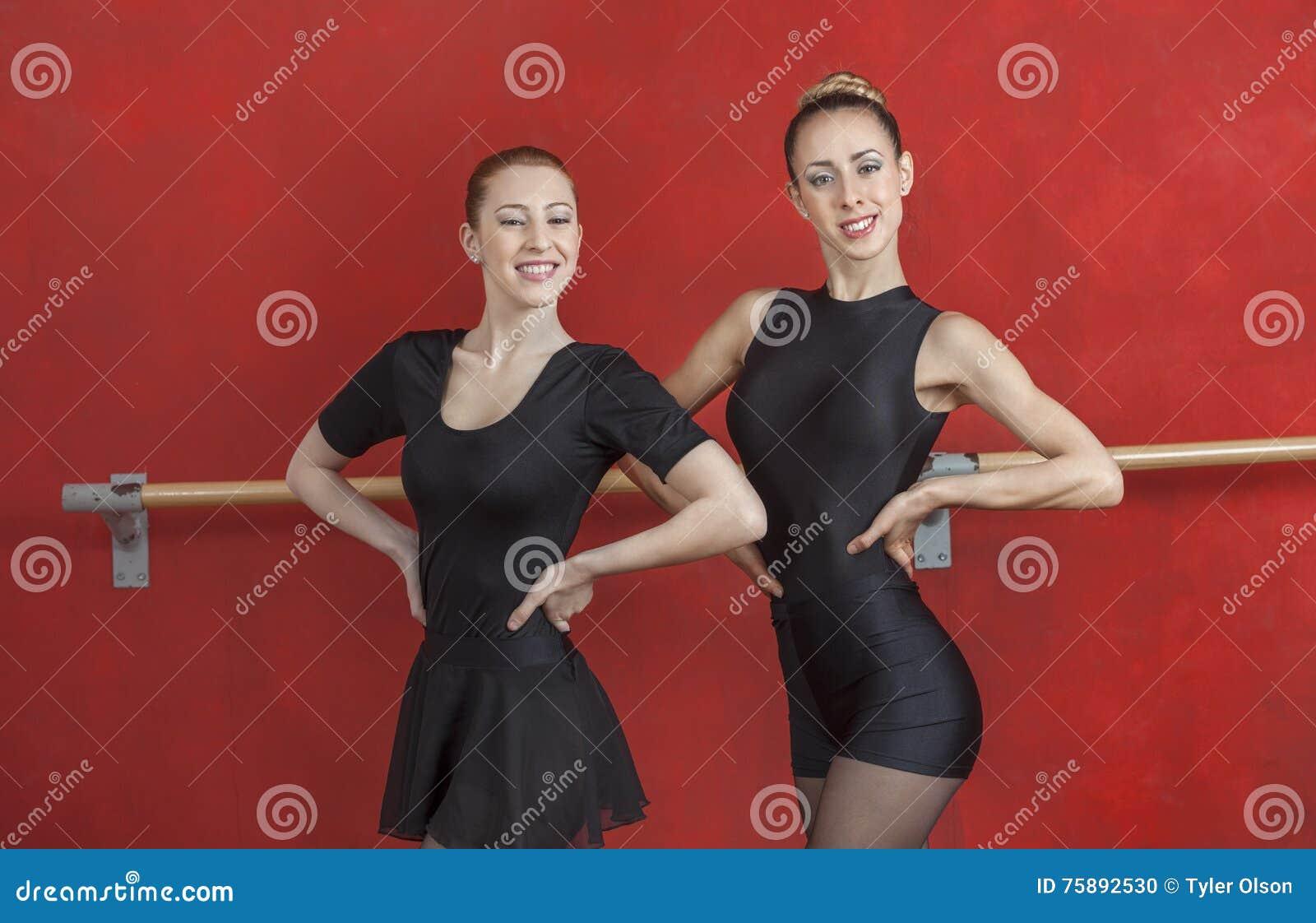 Młode baleriny ono Uśmiecha się Przeciw rewolucjonistki ścianie
