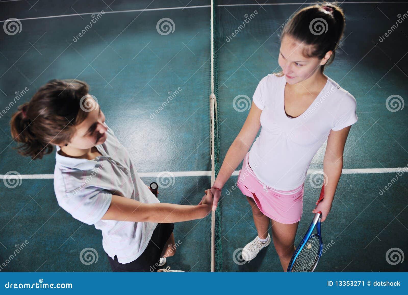 Młode dziewczyny bawić się tenisowy gemowy salowego