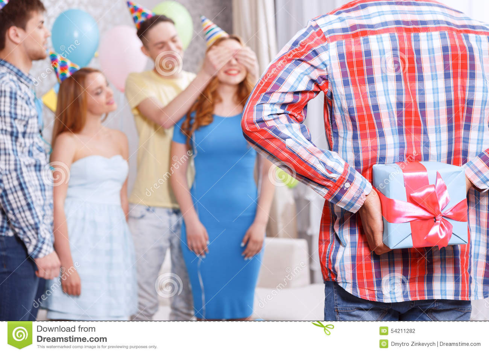 Młode dziewczyny otrzymywa teraźniejszość przy przyjęciem urodzinowym