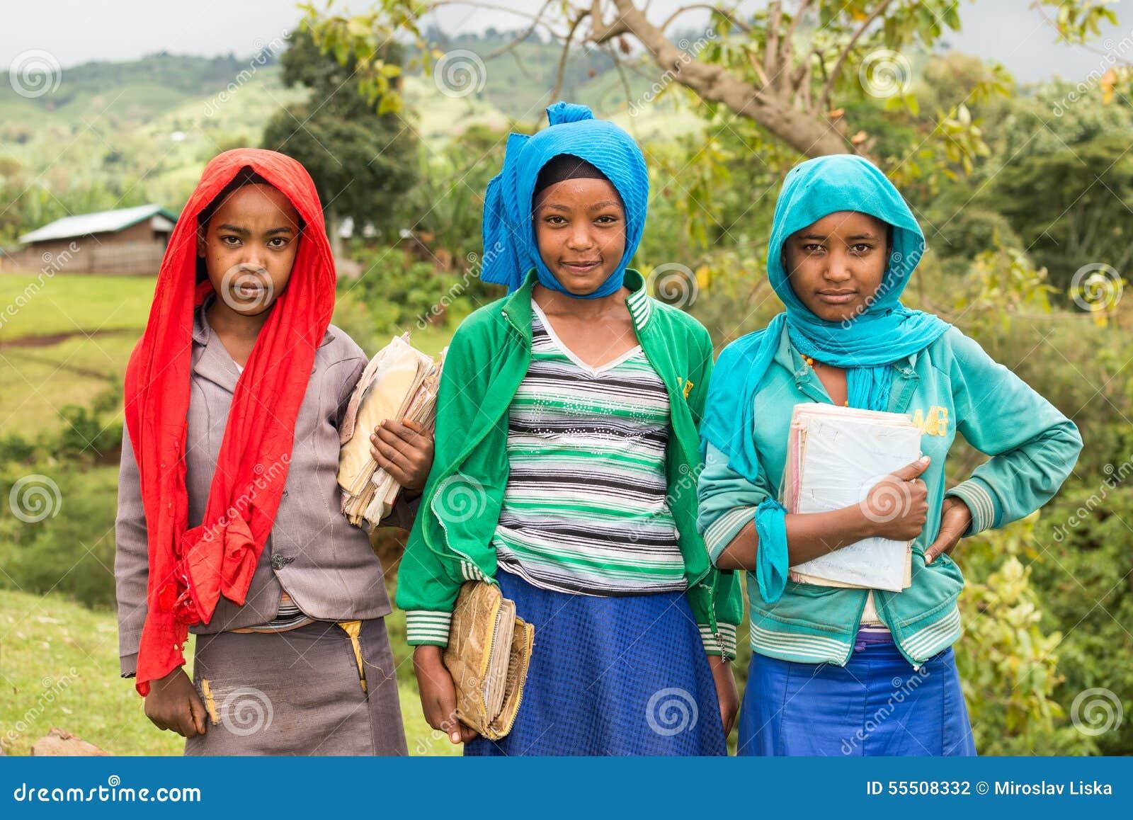 Młode ethiopian uczennicy trzyma ich ćwiczenie książki
