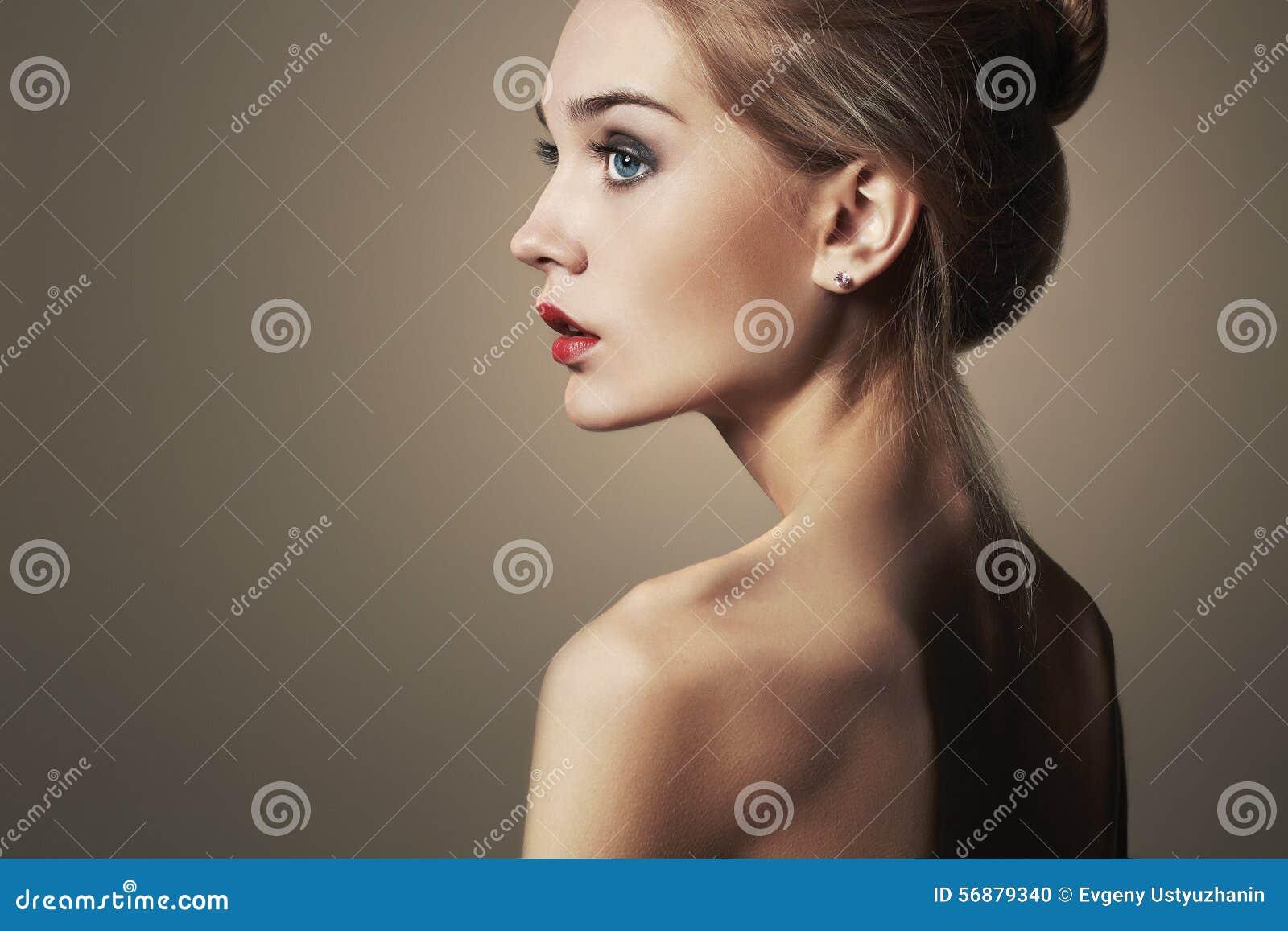 Młode kobiety blond piękna blondynka zakończenie mody portret