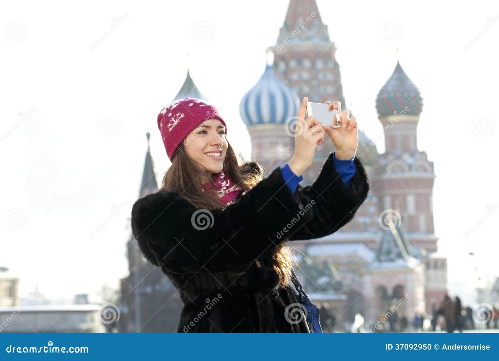 Download Młode Kobiety Fotografujący Przyciągania W Moskwa Zdjęcie Stock - Obraz złożonej z outerwear, plenerowy: 37092950