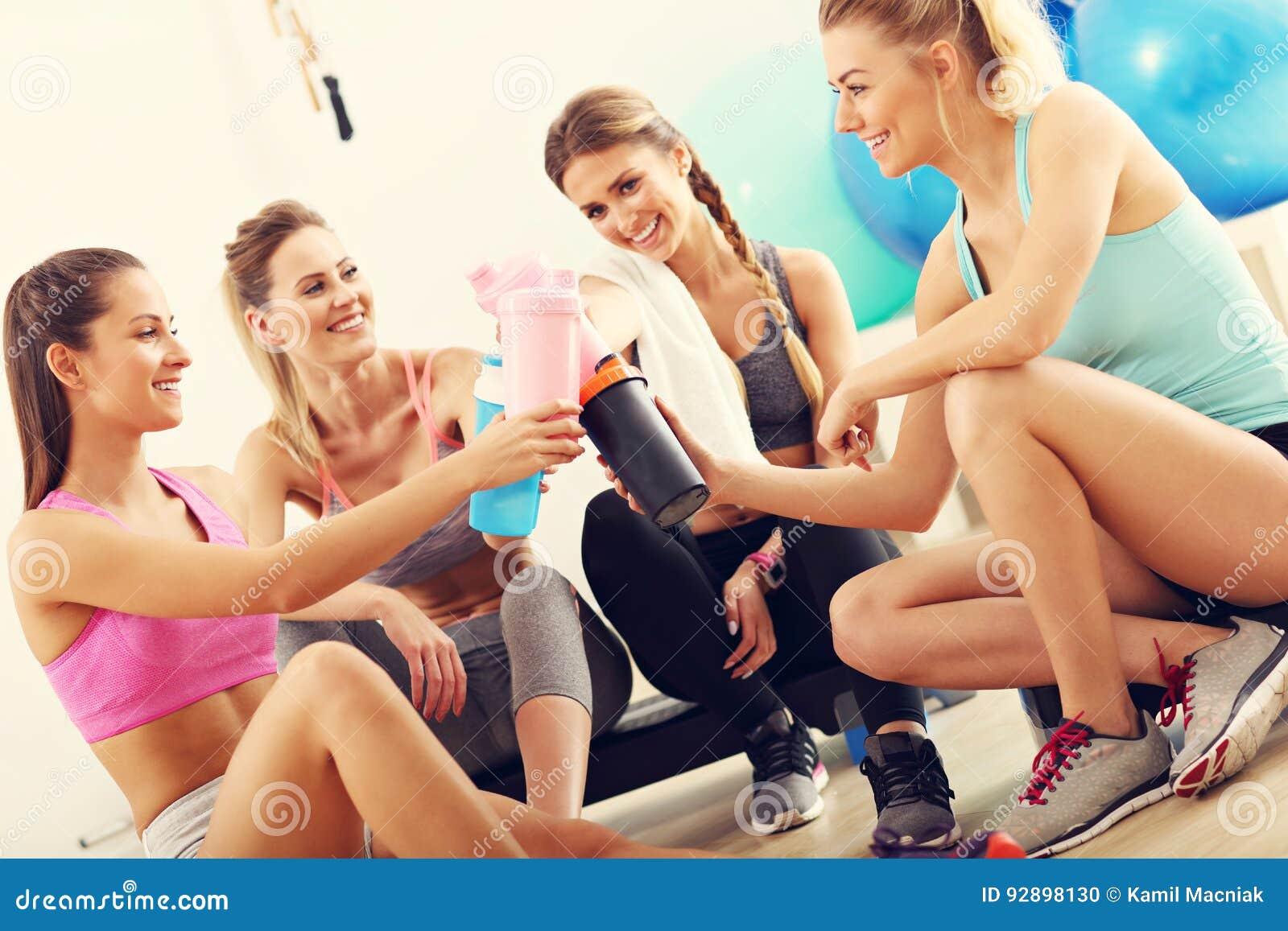 Młode kobiety grupują odpoczywać przy gym po treningu