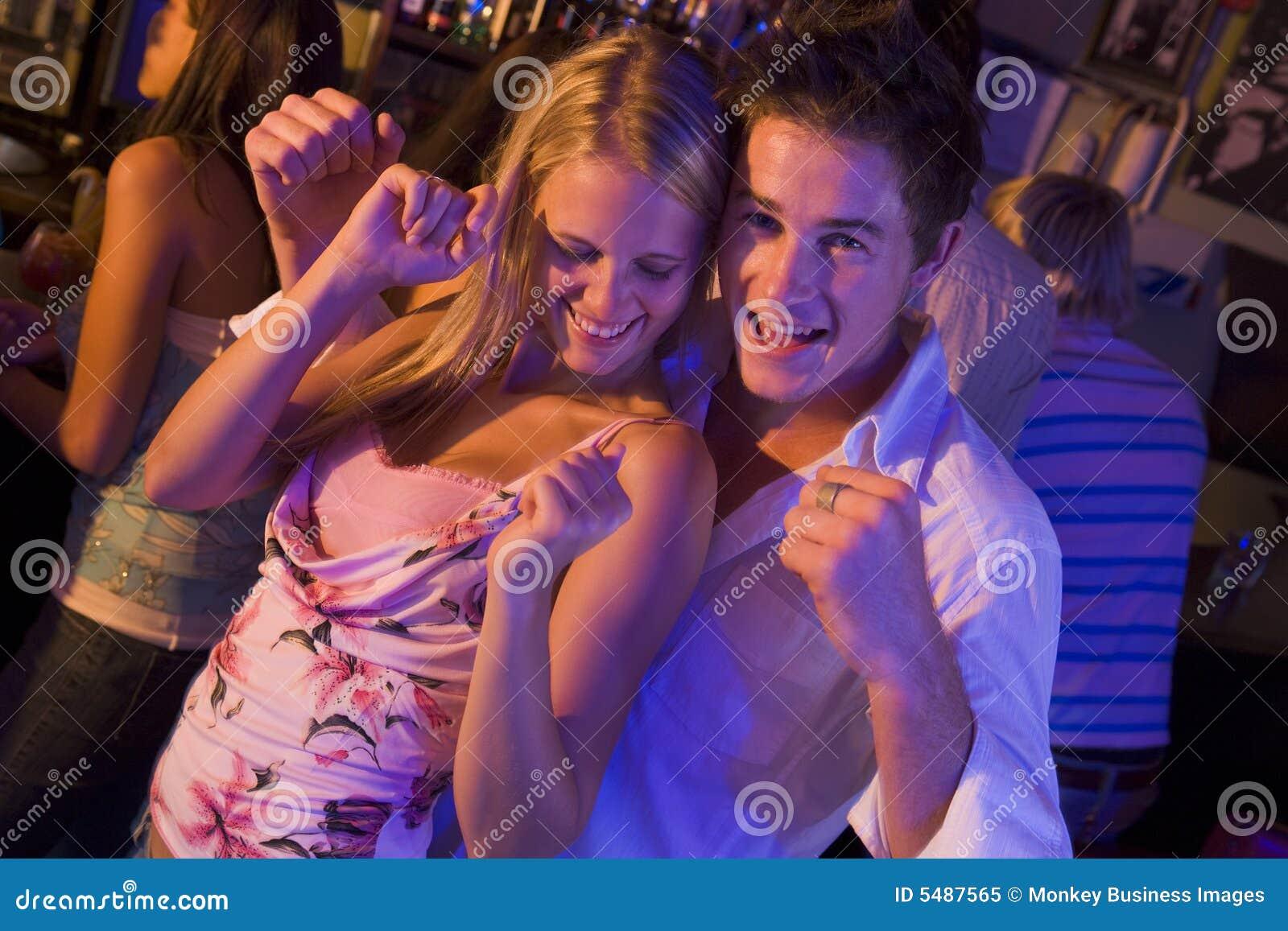 Młode kobiety tańczące ludzi