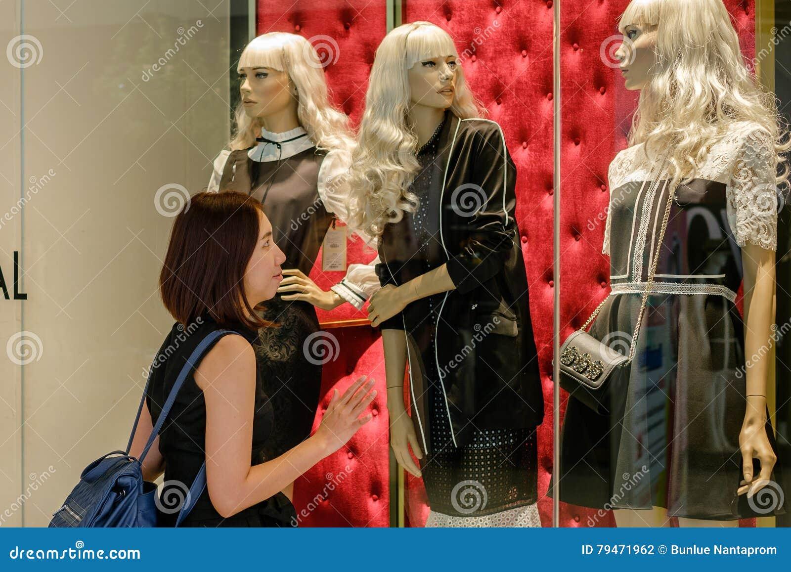 Młode kobiety w zakupy centrum handlowym