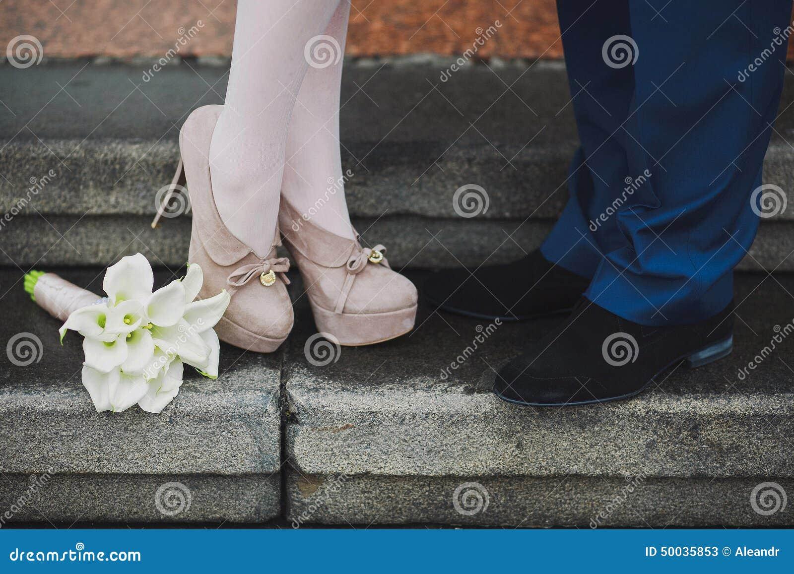 Młode par nogi Kobieta i mężczyzna w miłości Pierwszy data datowanie propozycja Kochanków całować Piękni kalii lelui kwiaty