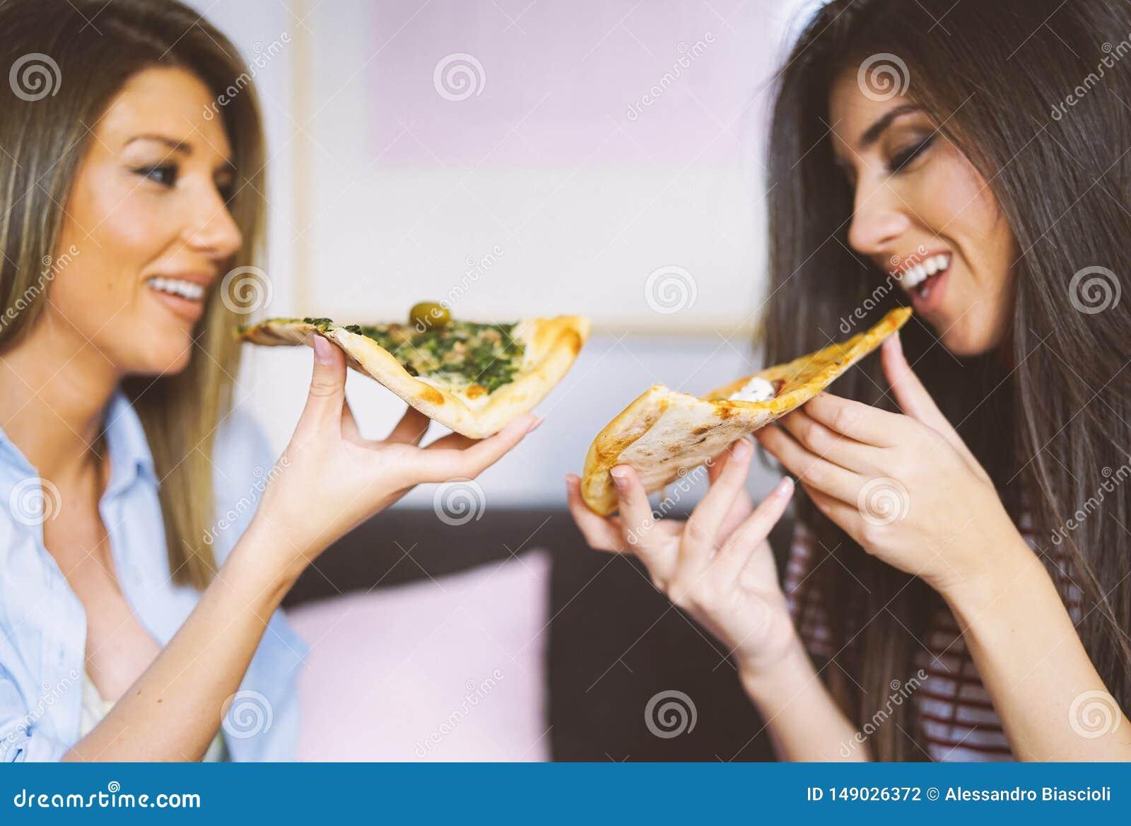 M?ode pi?kne kobiety je plasterki w domu smakowite W?oskie pizzy - Szcz??liwe ?adne damy cieszy si? szybkiego posi?ek wp?lnie
