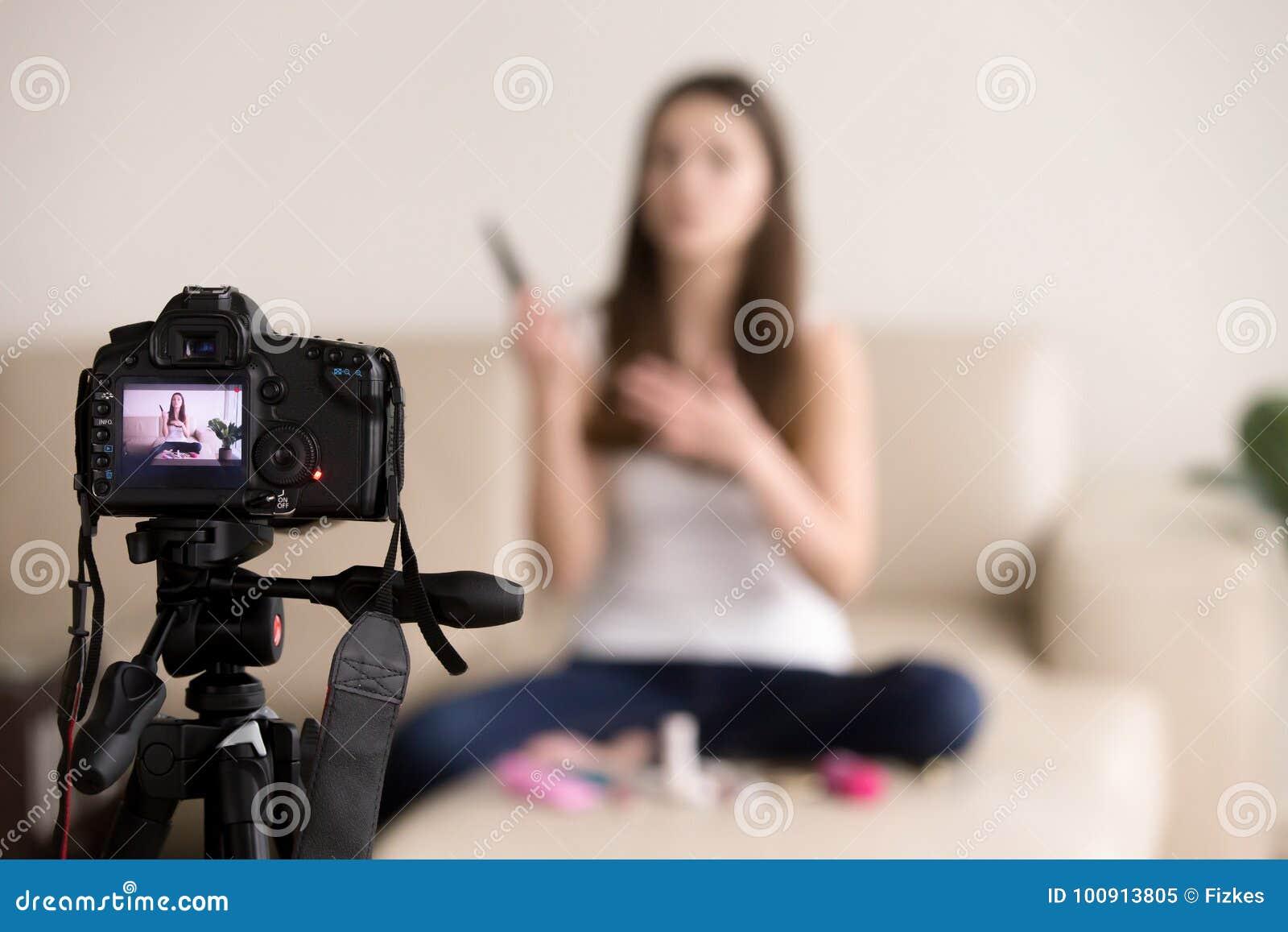 Młodego żeńskiego videoblogger produktu magnetofonowy przegląd dla blogu