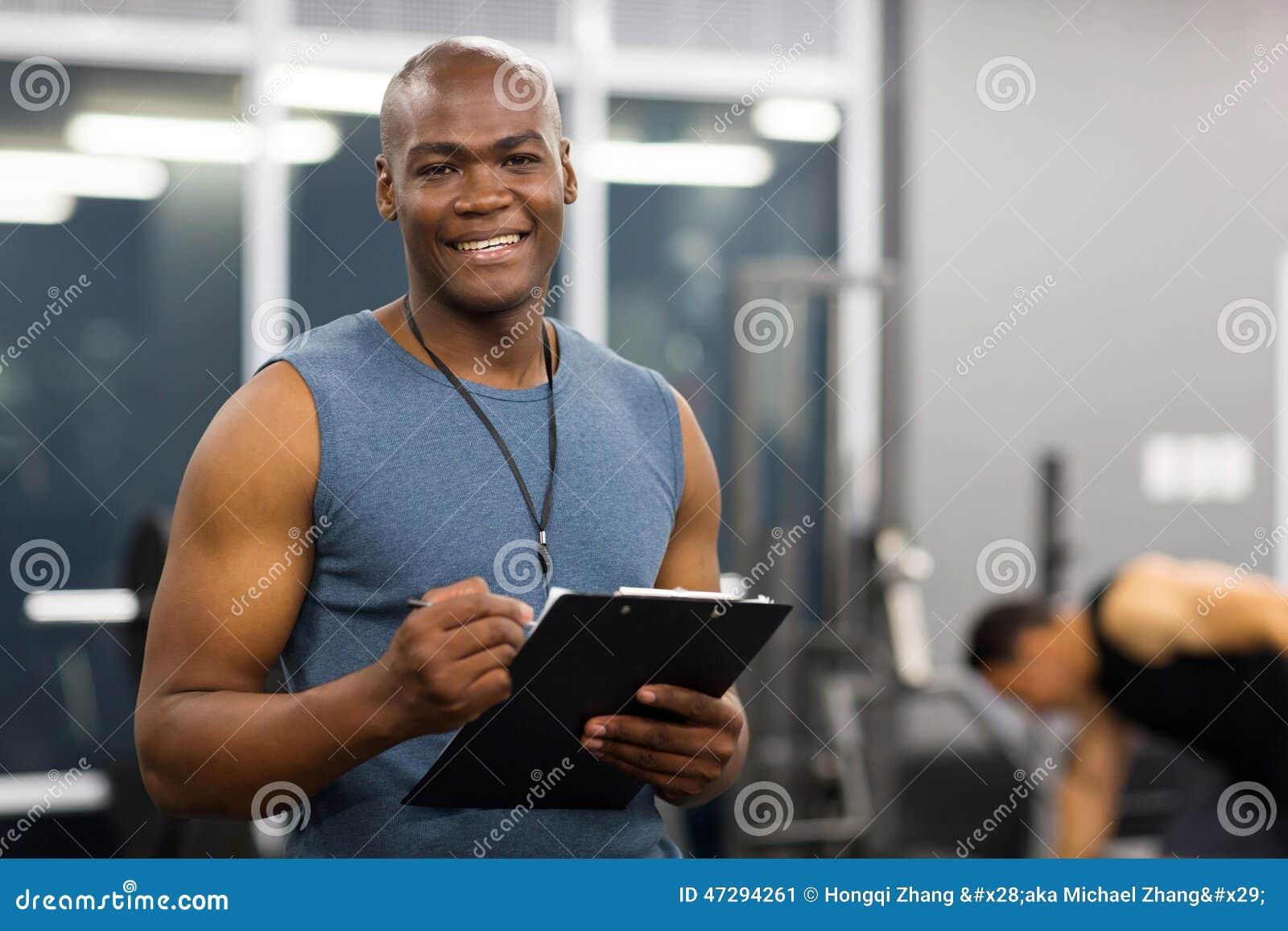 Młodego amerykanina afrykańskiego pochodzenia męski osobisty trener