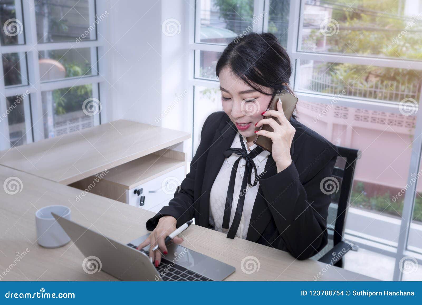 Młodego bizneswomanu uśmiechnięty znak dokument i opowiadać z pho
