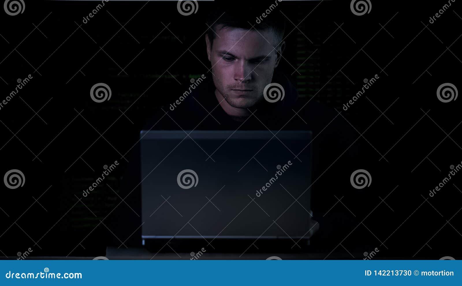 Młodego cyber międlenia systemu ochrony kryminalny siedzący laptop, wirtualny wirusowy kod