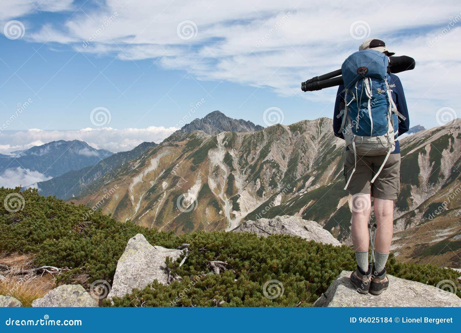 Młodego człowieka podróżny fotograf z plecaka i tripod stojakiem