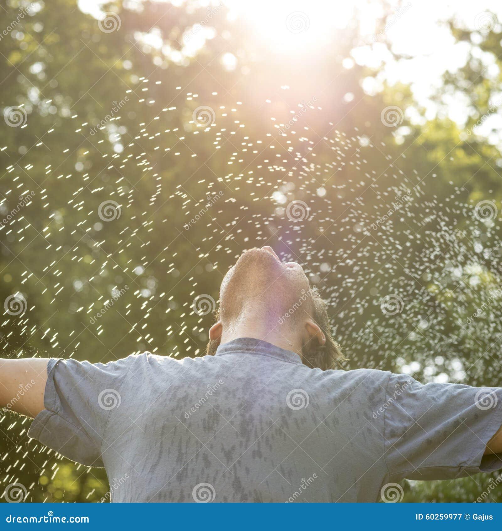Młodego człowieka trwanie outside w pięknej naturze pod kiścią o