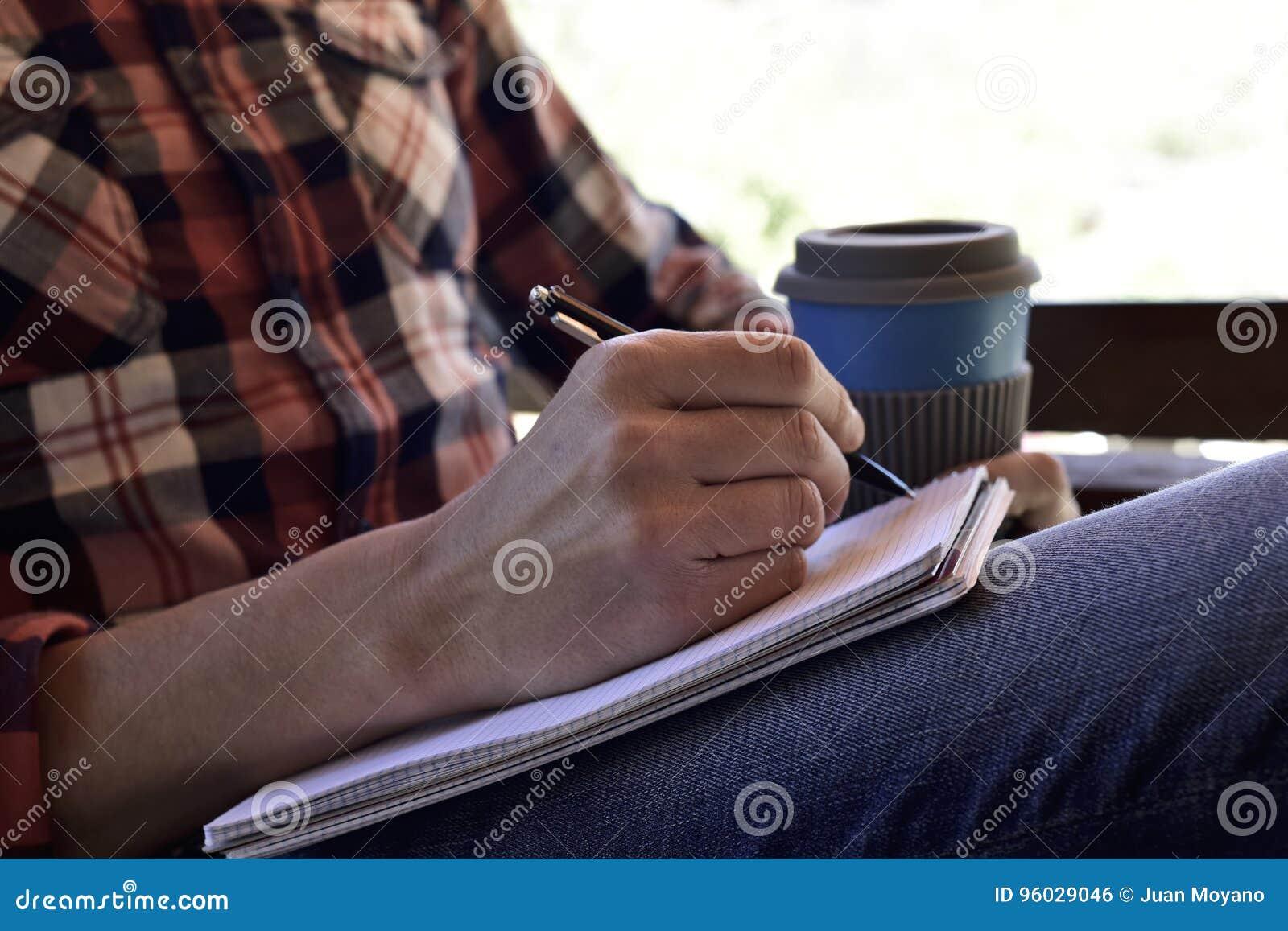 Młodego człowieka writing w notatniku
