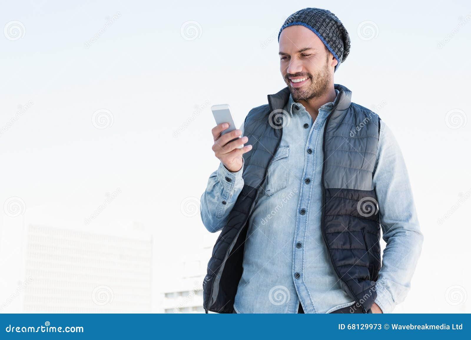 Młodego człowieka wysylanie sms na telefonie komórkowym