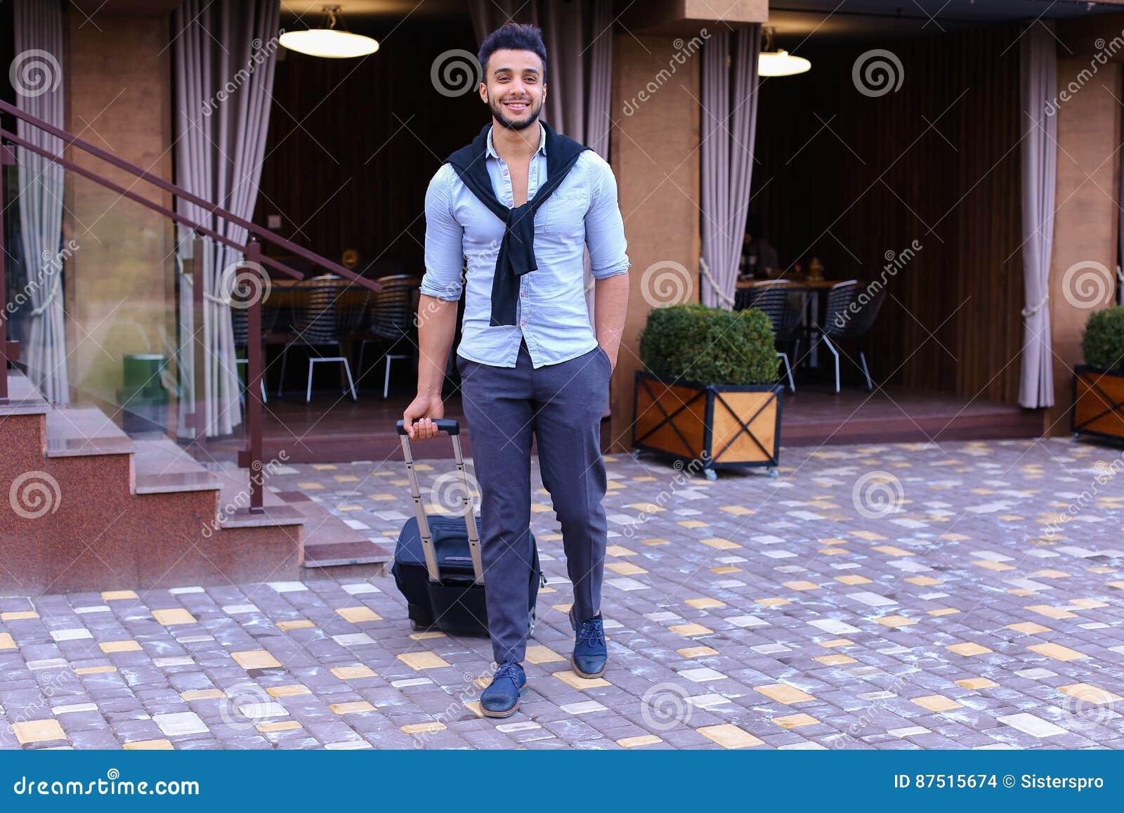 Młodego faceta biznesmena Arabski uczeń Przychodziłem iść restauracja Z Su