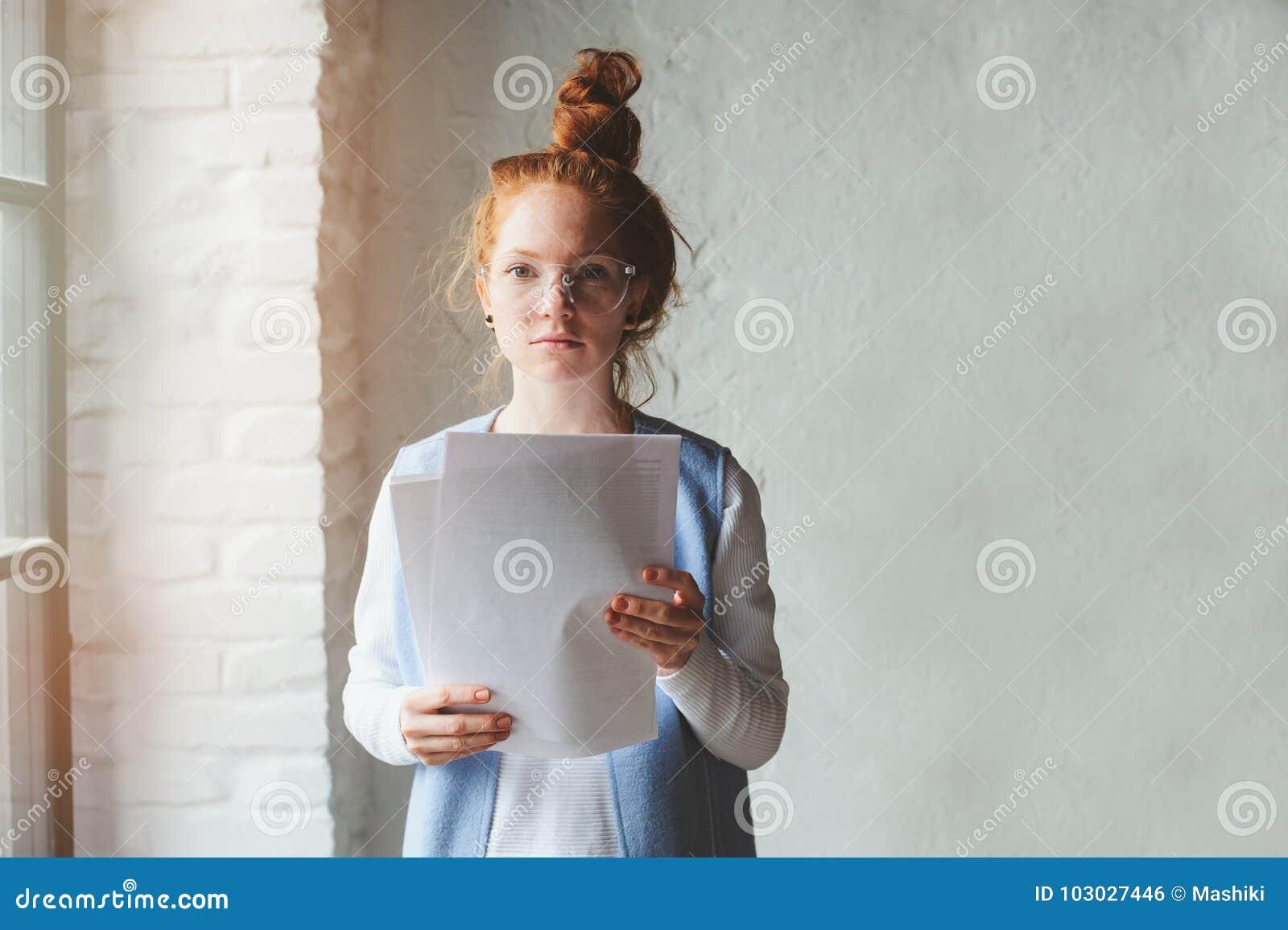 Młodego modnisia studencka kobieta lub kreatywnie freelance projektant pracuje na projekcie Mienie plan biznesowy lub coursework