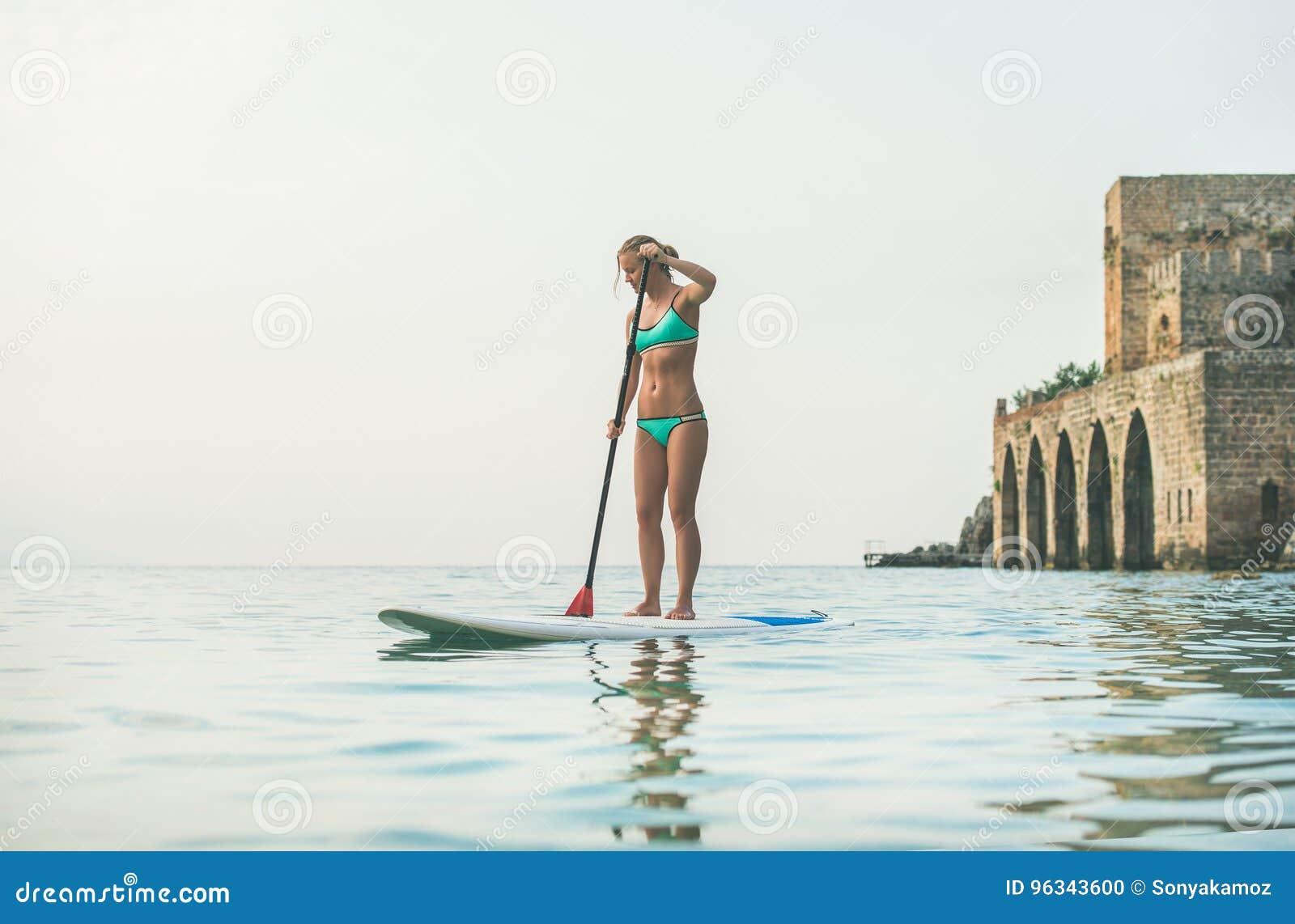 Młodego pięknego europejskiego kobieta turysty paddle ćwiczy abordaż, Alanya, Turcja