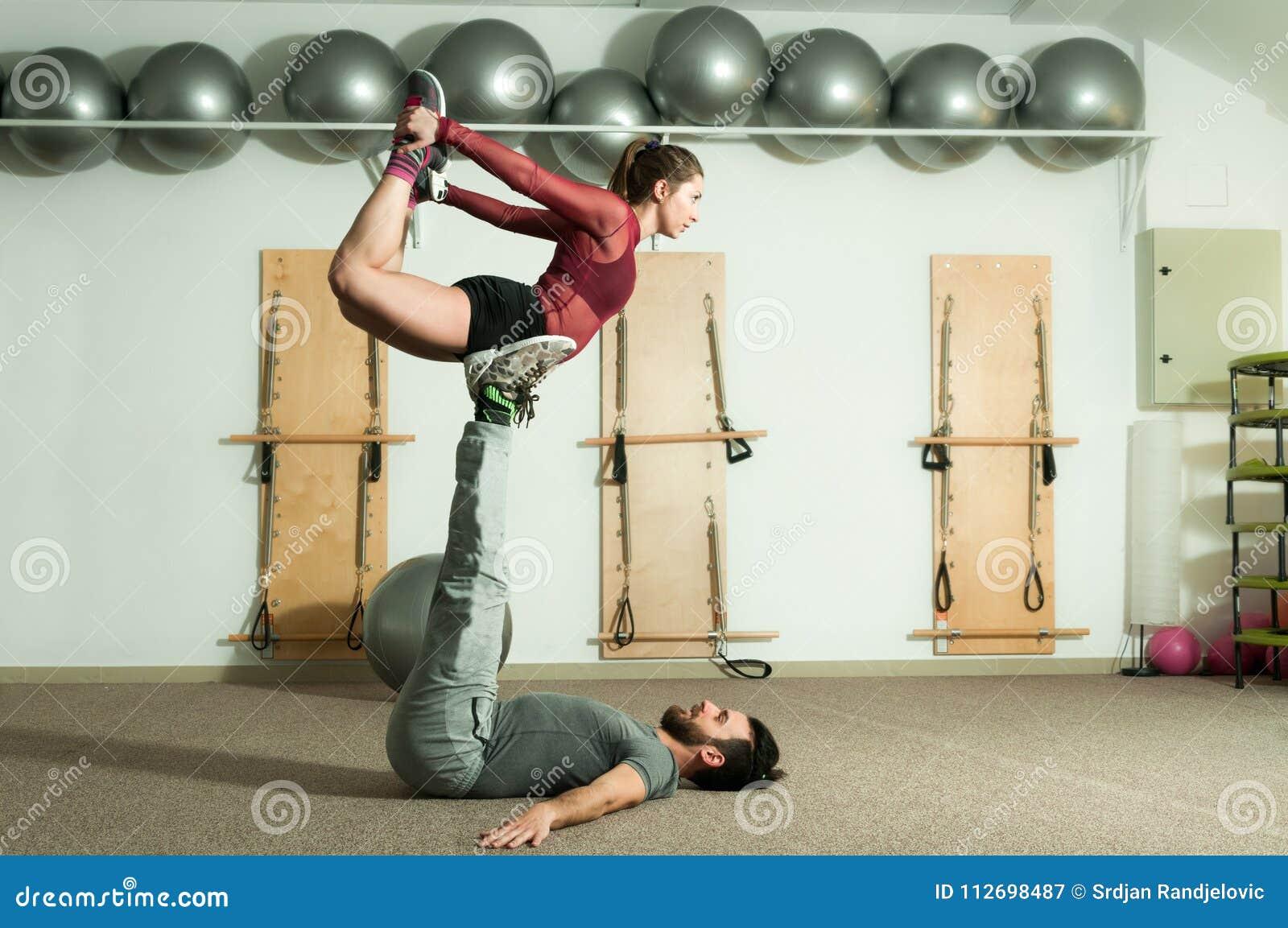 Młodego pięknego sprawności fizycznej pary treningu krańcowy akrobatyczny ćwiczenie jako przygotowanie dla turniejowej, selekcyjn