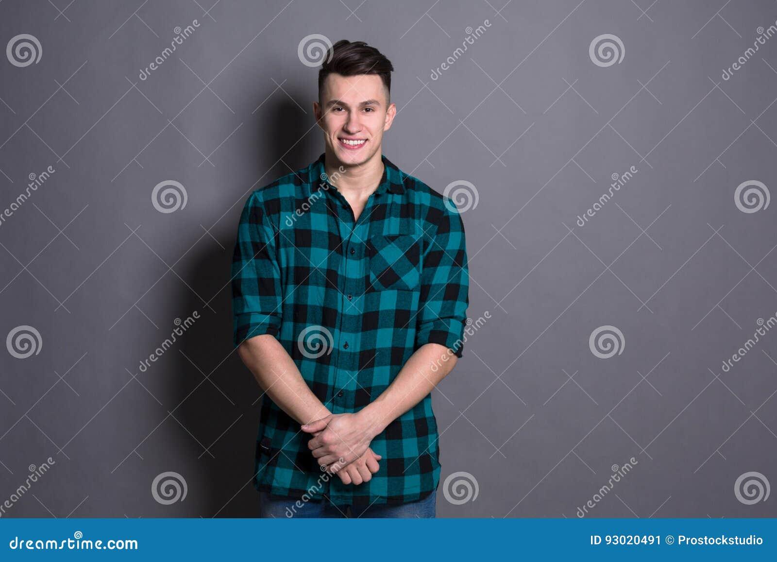 Młodego przystojnego mężczyzna pracowniany portret, chłopiec styl