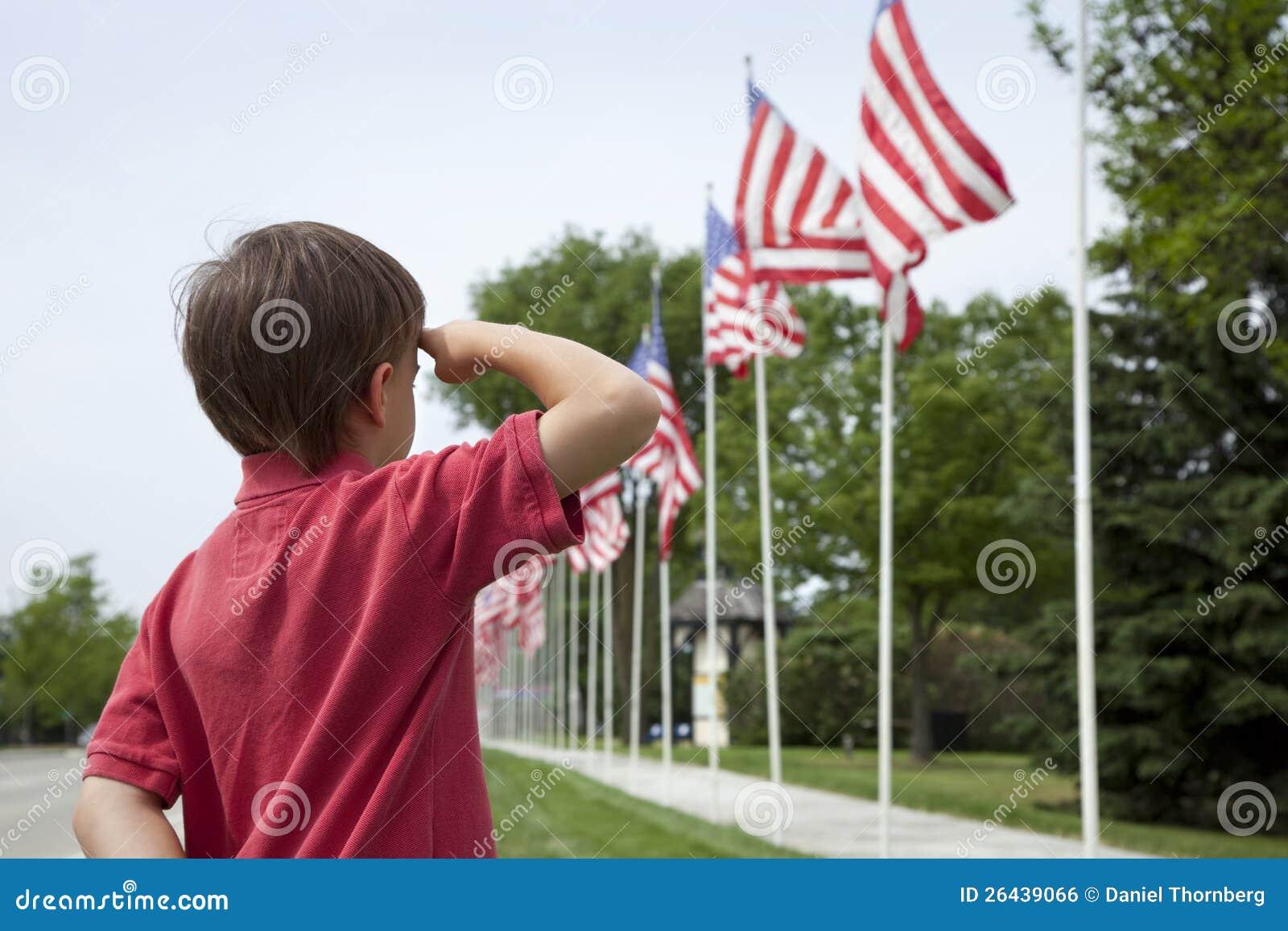 Młodej chłopiec target1186_0_ Flaga amerykańskie na Dzień Pamięci