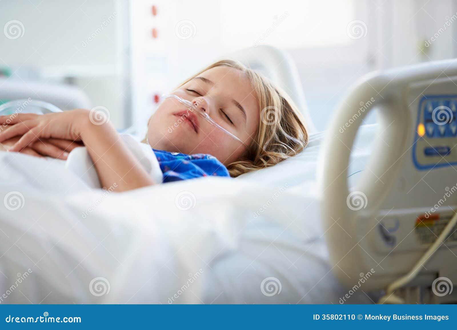 Młodej Dziewczyny dosypianie W oddziale intensywnej opieki