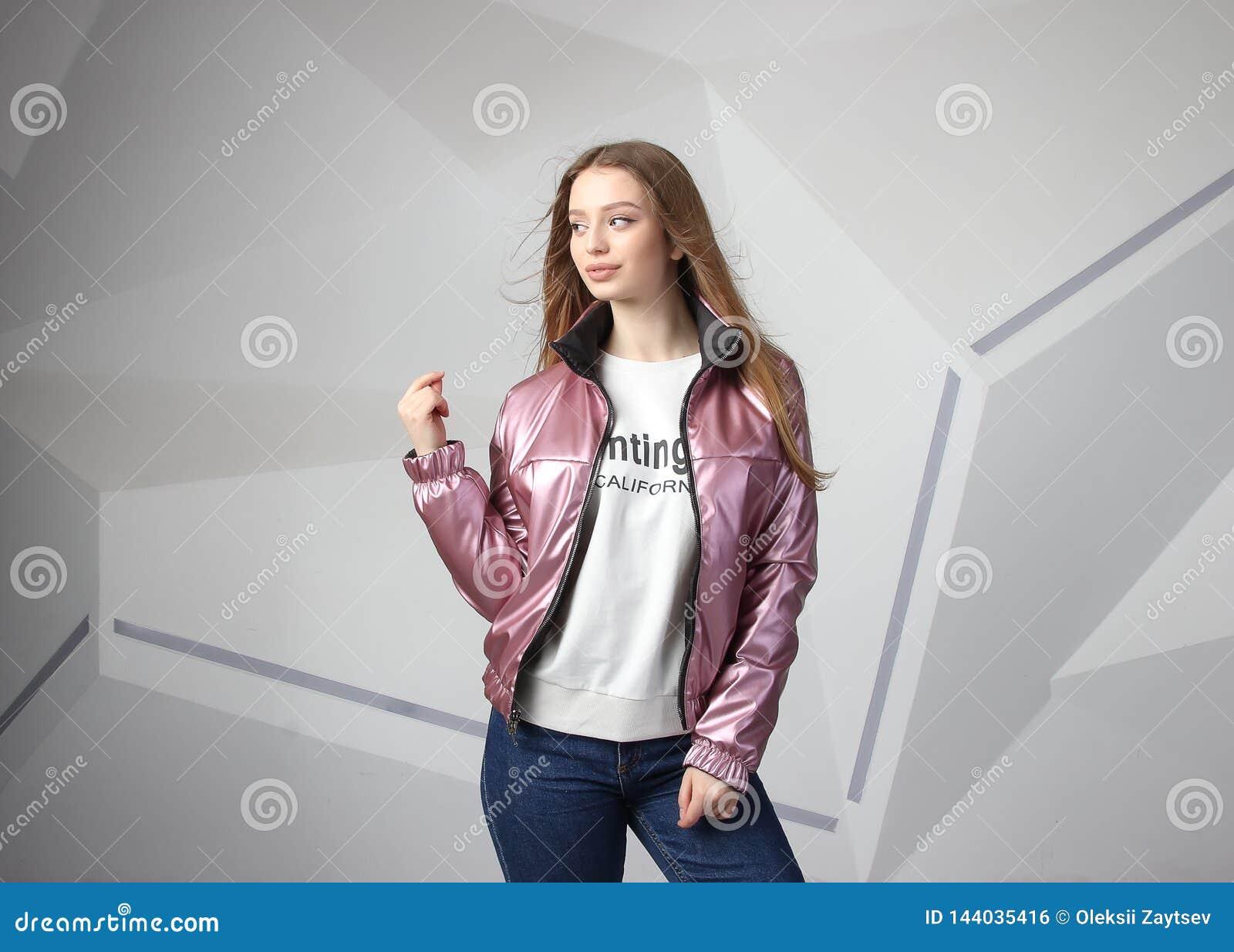 Młodej dziewczyny dziewczyna jest ubranym kurtkę z terenem dla twój logo w górę białej kobiety hoodie,