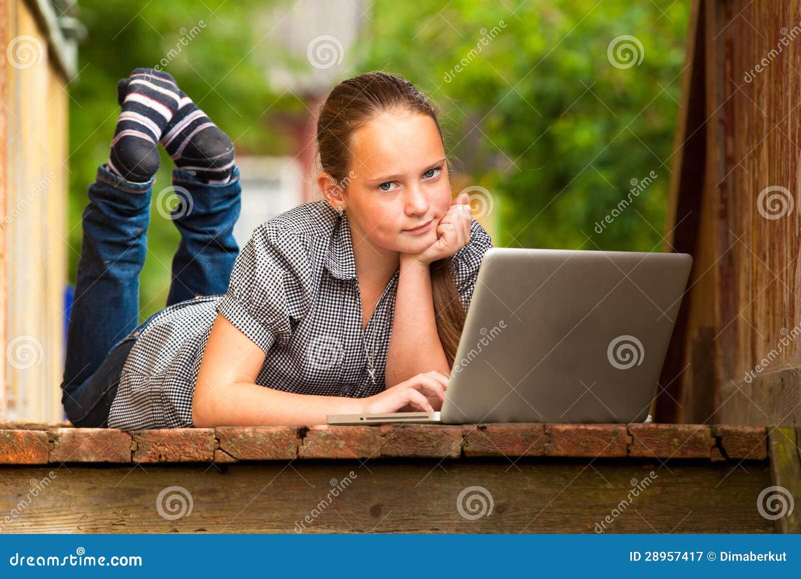 Młodej dziewczyny lying on the beach z laptopem