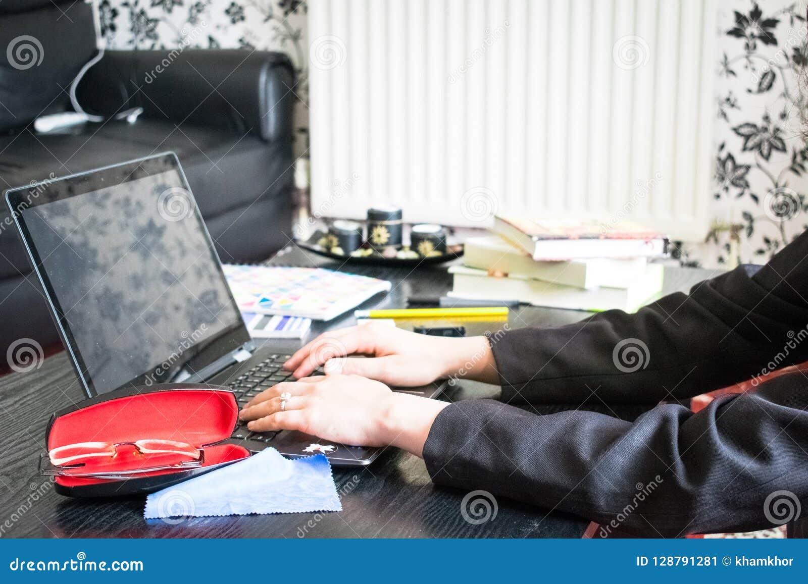 Młodej Dziewczyny studiowanie lub w domu i writing notatki i robić używać laptopu obsiadanie na flo praca domowa