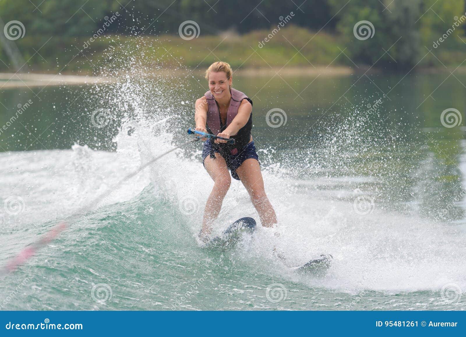 Młodej dziewczyny wodny narciarstwo na slalomowym kursie
