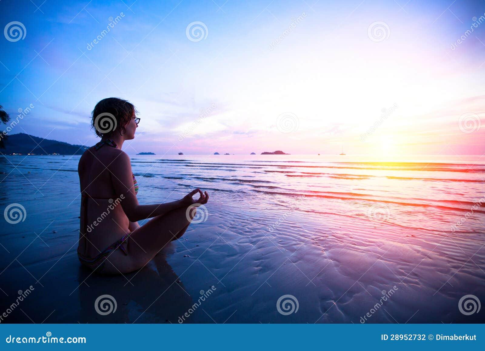 Młodej kobiety ćwiczy joga na plaży