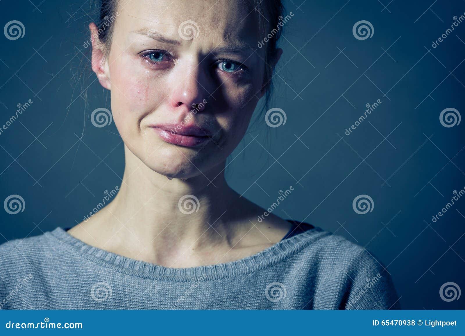 Młodej kobiety cierpienie od surowej depresji, niepokoju, smucenia/