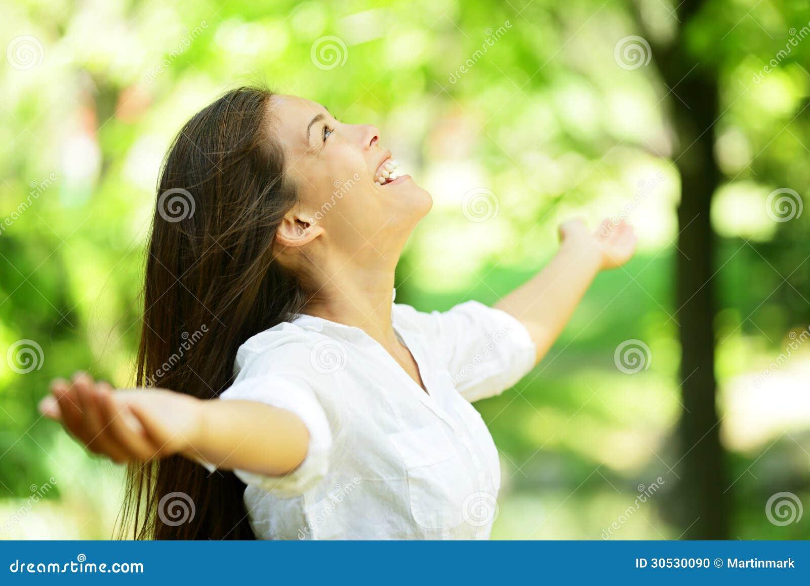 Młodej kobiety cieszenie w wiosny lub lata ogródzie