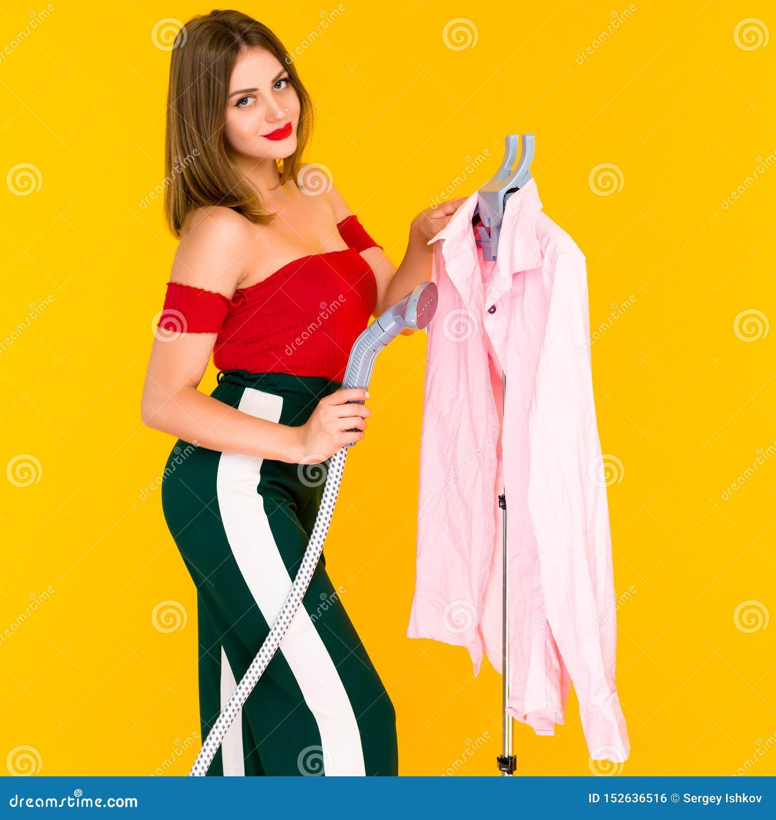 Młodej kobiety dekatyzacji menchii koszula przy czystym