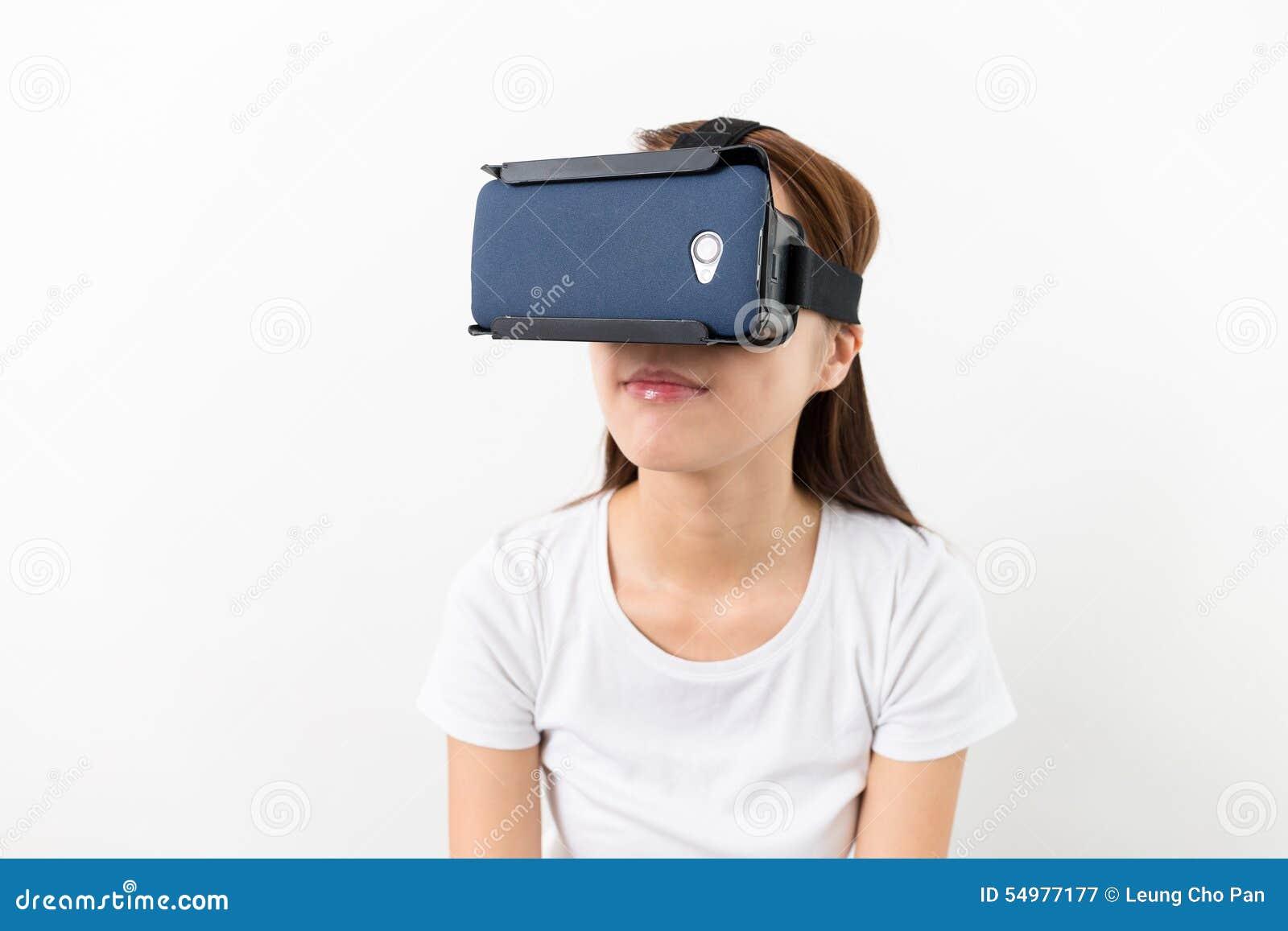 Młodej kobiety dopatrywanie though VR przyrząd