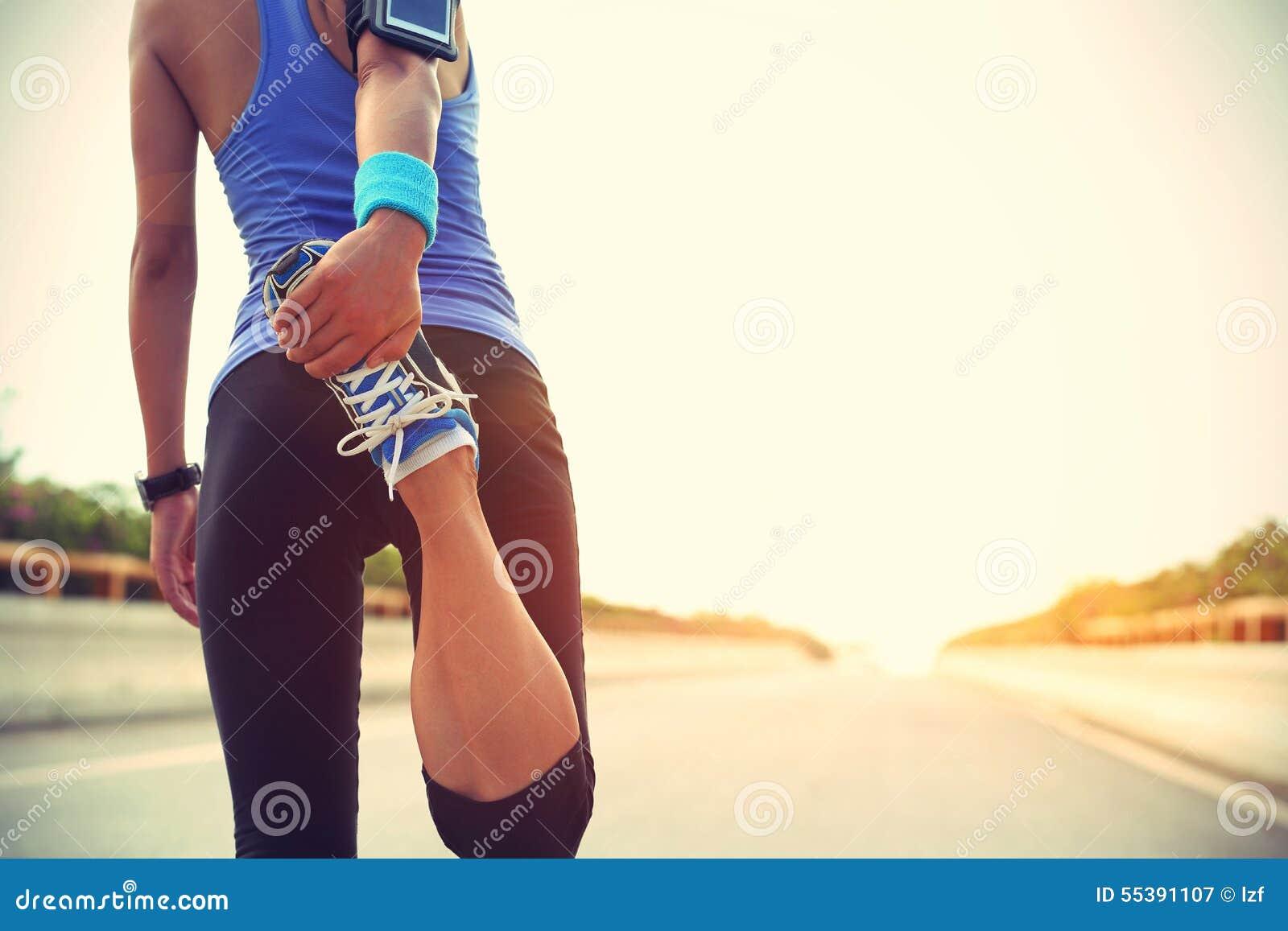 Młodej kobiety jogger przygotowywający bieg set i patrzeć sporta mądrze zegarek