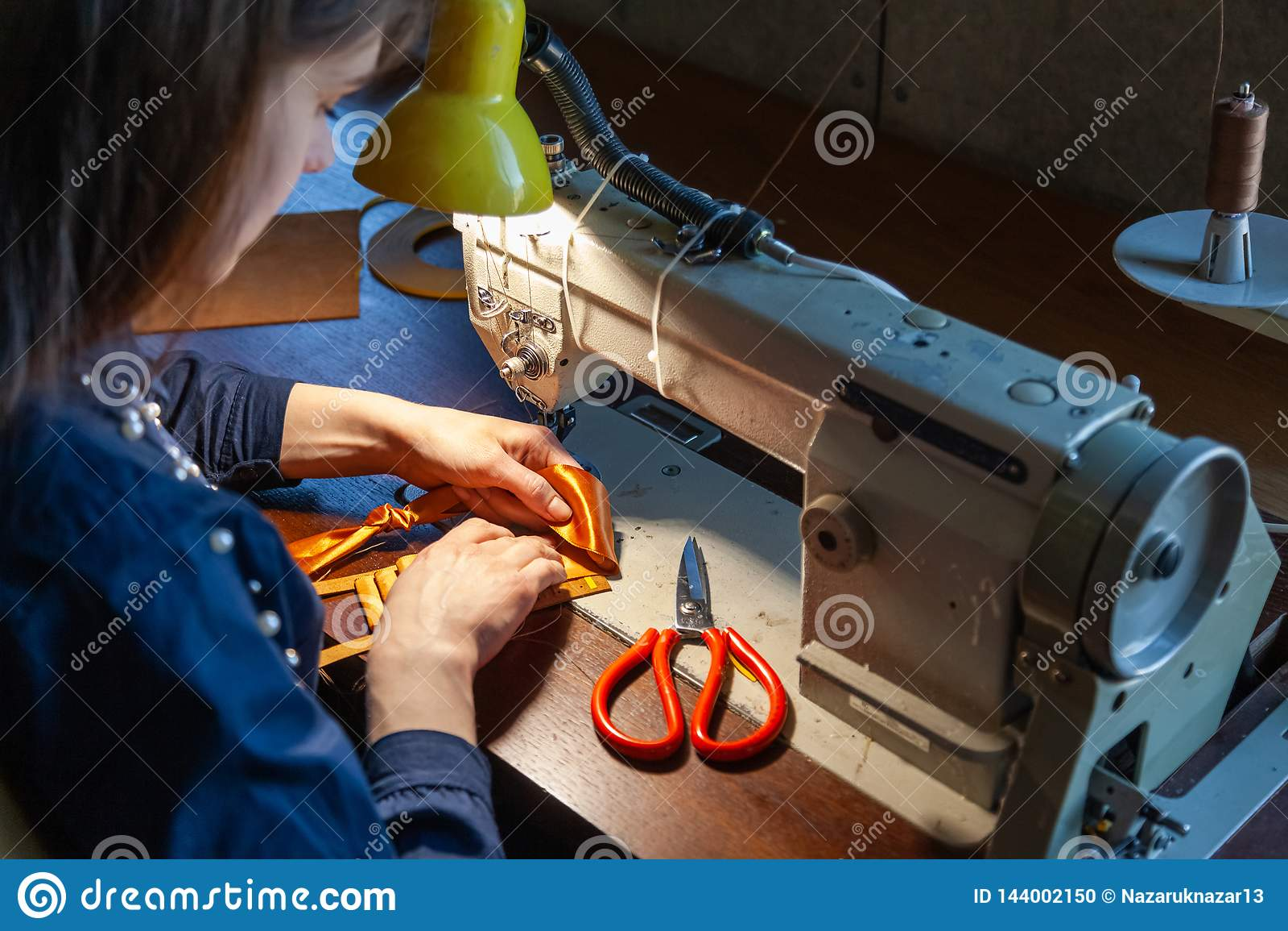 Młodej kobiety krawiectwo na szwalnej maszynie