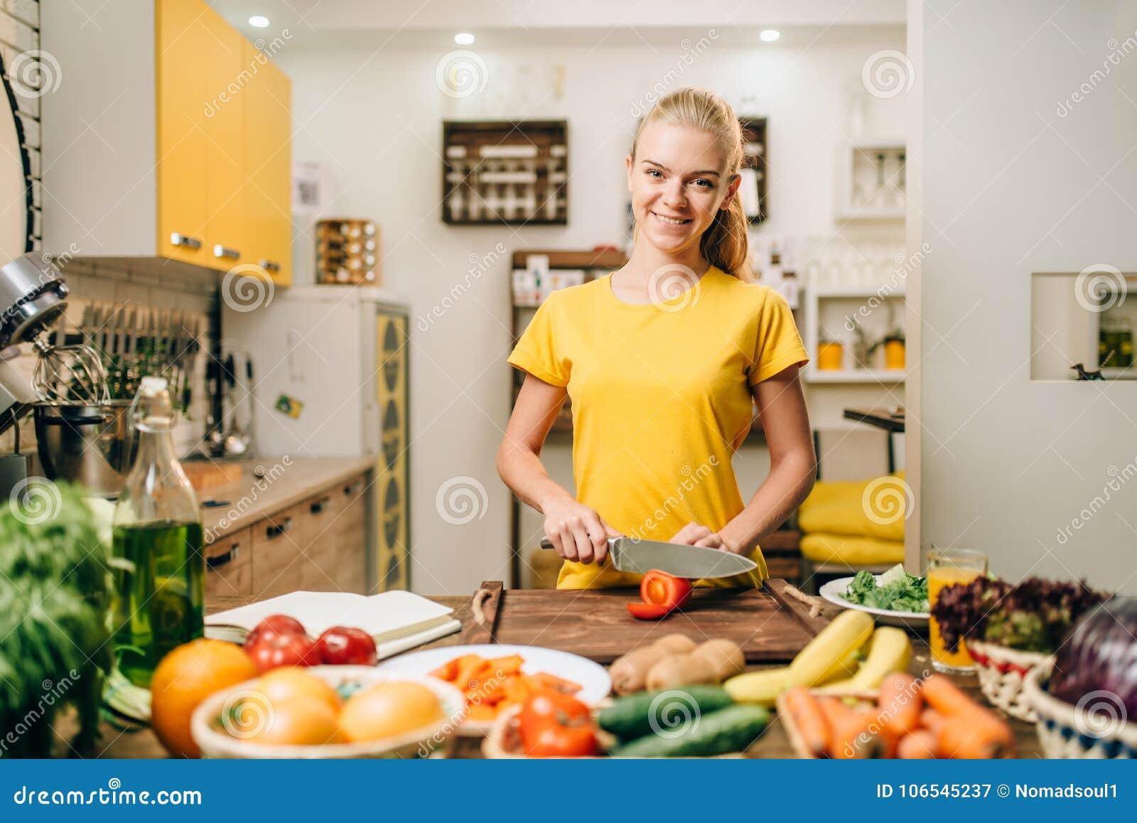 Młodej kobiety kucharstwo na przepisach, zdrowy życiorys jedzenie
