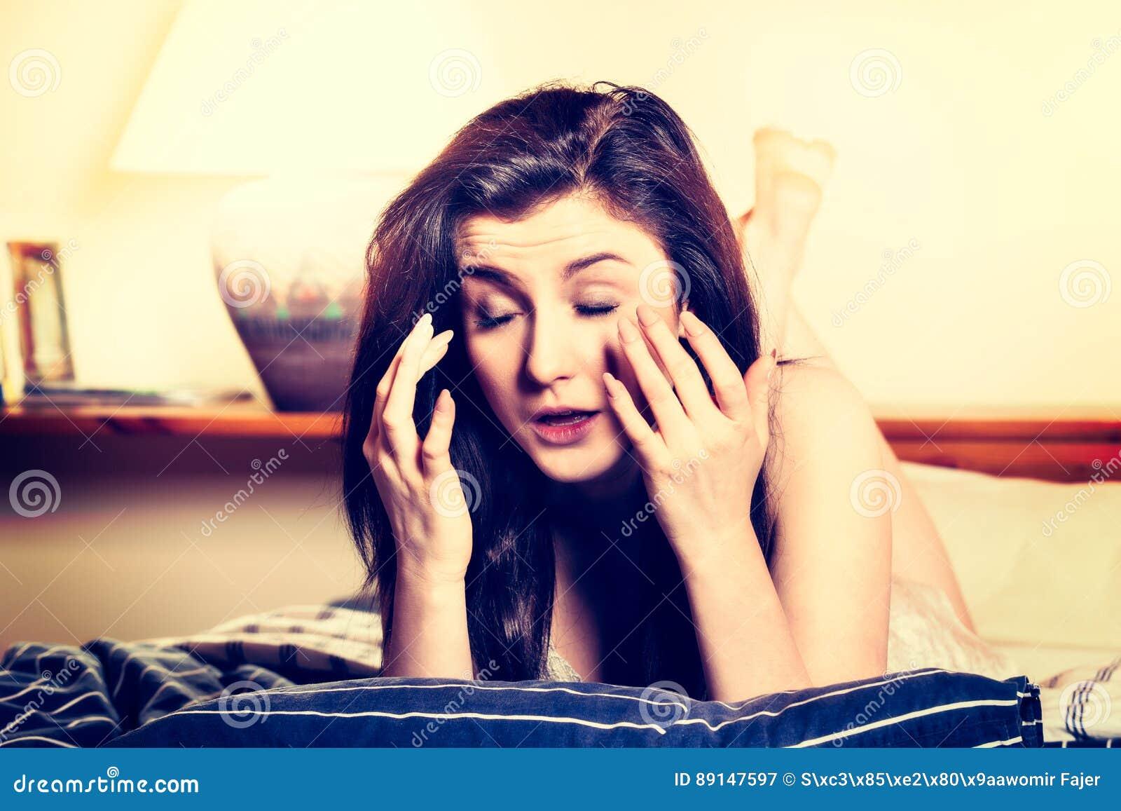 Młodej kobiety lying on the beach na używać pastylce i łóżku Kobieta jest zmęczonymi oczami
