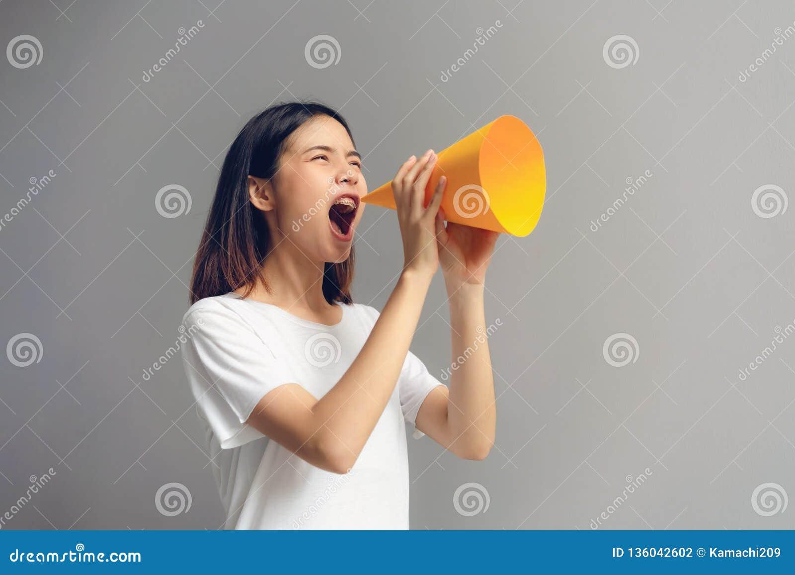 Młodej kobiety mienia papieru megafon i wrzeszczeć w