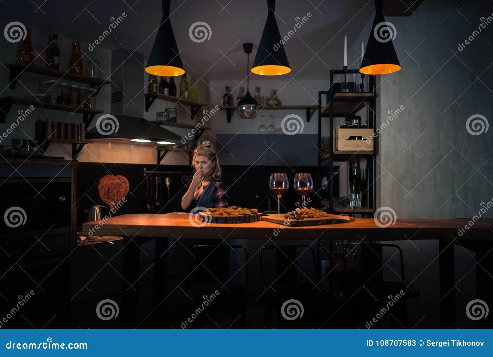 Młodej kobiety narządzania gość restauracji w nowożytnej domowej kuchni