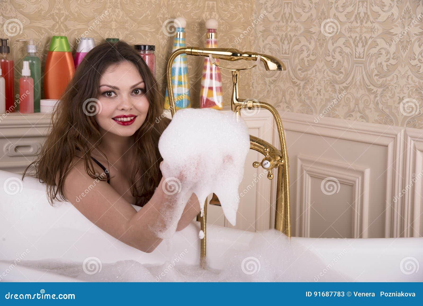 Młodej kobiety narządzanie brać skąpanie